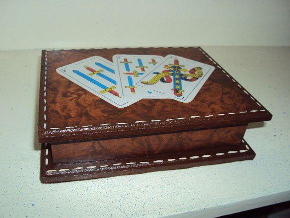 Caixa porta baralho em falso couro sem divisórias. Consulte imagens e cores para encomenda da peça.