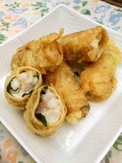 とろ~りサクサク◎白身魚の湯葉巻き揚げ 白身魚に湯葉を巻いて揚げてみました。大葉の香りと、とろ~りチーズも加わってとってもおいしい天ぷらです!    材料 (6個分) 白身魚(タラなど) 2切れ(約120g) 塩 少々 乾燥湯葉 6枚(約30g) 片栗粉 適量 大葉 6枚 スライスチーズ(とろけないタイプ) 1枚 ☆天ぷら粉 大さじ3 ☆冷水 大さじ3 揚げ油 適量    作り方 1 ・白身魚は一切れを3等分にし、塩を振る。 ・湯葉は熱湯で5分ほど戻す。 ・スライスチーズは6等分に切る。 2  キッチンペーパーで湯葉の水気を拭き取り、片栗粉を薄くまぶして大葉、チーズ、白身魚の順に置いて巻く。 3 ☆を軽く混ぜて衣を作る。 4   2に衣をつけ、170℃に熱した油でカラッとするまで揚げたら完成! コツ・ポイント 熱々がおいしいので、できたてを食べてください(^ー^)