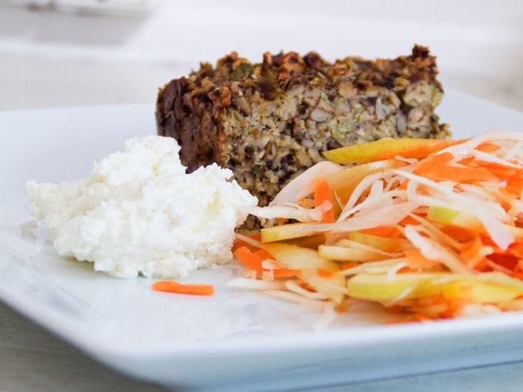 Champinjon- och hasselnötslimpa med vitlökskräm och råkost | Recept från Köket.se