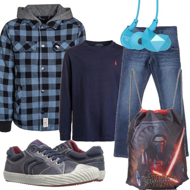Outfit per il tempo libero, per la scuola. Jeans di linea regular abbinato a t-shirt blu scollo tondo, manica lunga. Giacca leggera chiusa da bottoni, in fantasia a scacchi azzurra e nera, con cappuccio grigio. Sneakers bassa blu, borsa con stampa, auricolari azzurri.