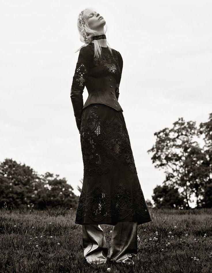 Платье и воротник, все Giles; корсет, What Katie Did.