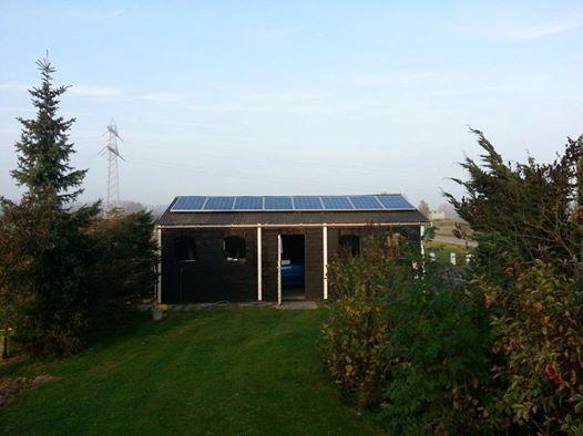 Philippine: Op een schuur van een particulier heeft Zonne Paneel Zeeland een systeem van 2.000 Wp geïnstalleerd. De zonnepanelen van JS Solar zijn op het golfplaten dak van de schuur gemonteerd. Deze kunnen worden uitgelezen en gecontroleerd per paneel op de computer doordat de installatie is aangesloten op het lichtnet!  De installatie bespaart de klant in de komende 10 jaar circa €4.000 op de elektriciteitsrekening!!!