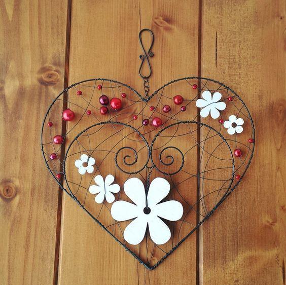 Závěsná dekorace srdce Závěs je vyrobený z černého žíhaného drátu a ozdoben bílými dřevěnými květinami a červenými perličkami. Šířka srdce 21cm, výška 19cm, výška celého závěsu 24cm. Barvu perliček lze upravit dle přání zákazníka.