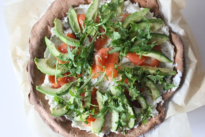 Pizza de espelta com salmão fumado e abacate | SWEET BIGAS