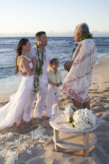 Love this idea, simple and intimate for a vow renewal!  Megan Fox and Brian Austin Green wed in Hawaii during June 2010 before his son Kassius. This intimate beach wedding is perfection!