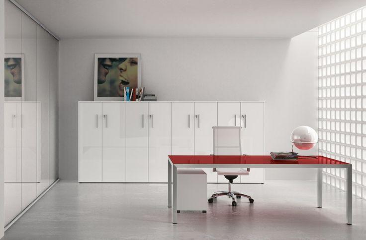 comp. OV03 - #ufficio #direzionale con #scrivania top in #vetro colorato (disponibile in 4 colori) e mobile #archivio H. intermedia con ante in #alluminio e vetro colorato.
