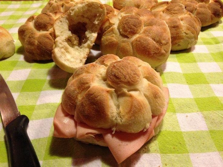 le rosette a lievitazione naturale sono un pane croccante fuori e sofficissimo dentro, perfetto per essere farcito con salumi e formagi