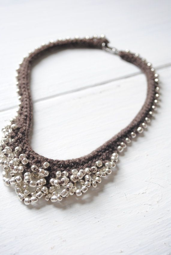 .Collar de ganchillo - crochet http://www.etsy.com/listing/73731568/mermaid-necklace-with-silver-beads