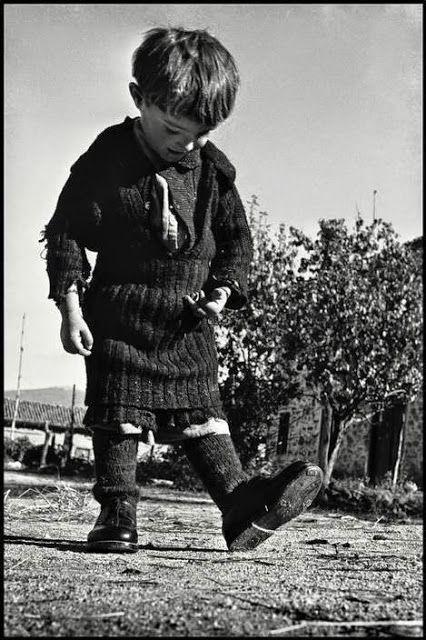 Η μικρή Ελευθερία καμαρώνει τα καινούργια της παπούτσια  (1948)