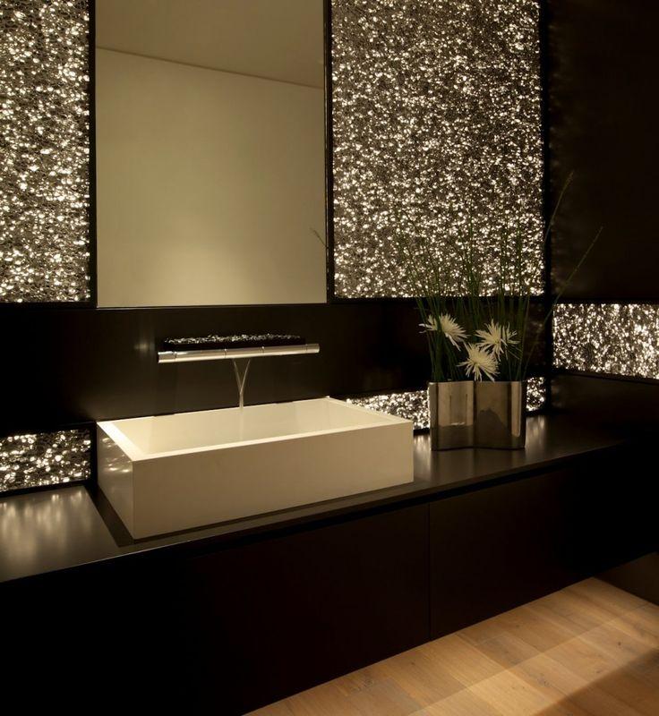 Salle de bain de luxe moderne en noir et doré