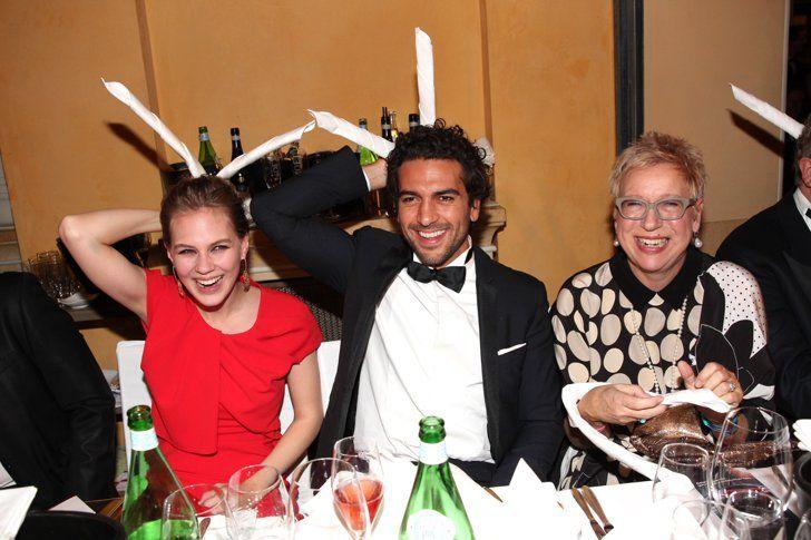Pin for Later: 18 Gründe, warum Elyas M´Barek ein echter Traummann ist Er ist immer zu Späßen aufgelegt Alicia von Rittberg und Doris Dörrie zusammen mit Elyas beim deutschen Filmball 2015 in München.