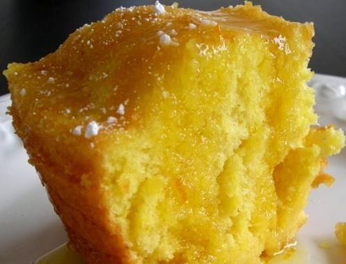 • 3 ovos  - • 2 copos (tipo americano) de açúcar  - • ½ copo de suco de laranja  - • ½ copo de óleo  - • 2 copos de farinha de trigo  - • 1 colher de sopa de fermento em pó  - • raspas de laranja para decorar  -   - Calda:  -   - • 1 xícara de suco de laranja  - • ½ xícara de açúcar
