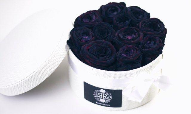 To start with, dit stond al een tijd op mijn wishlist. Roses in a box! En eindelijk was de box daar, met niet zomaar rozen, met zwarte rozen! Die heb ik speciaal uitgezocht want zwarte rozen, die vind ik prachtig.
