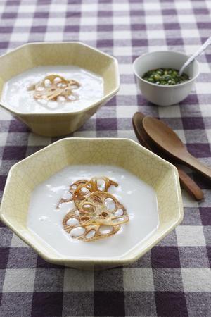 れんこんを使った韓国風のおかゆは、ポタージュのような仕上がり。シンプルな味つけで、素材本来の味を生かします。