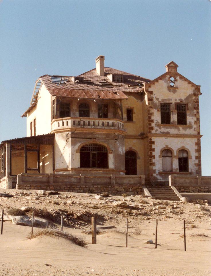 Kolmanskop es un pueblo fantasma localizado al sur de Namibia, a unos cuantos kilómetros del puerto de Lüderitz estaba sumergido en una fiebre de diamantes y las personas se adentraron en el desierto de Namib esperando hacer una fortuna fácil.