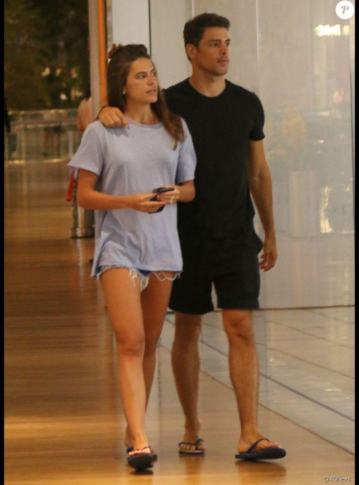 Cauã Reymond vai às compras com namorada e a filha, Sofia, em Buenos Aires, no último domingo, dia 25 de setembro de 2016