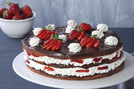 Δίχρωμη τούρτα με φράουλες