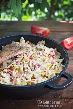 One pot pasta - o reteta rapida in care ingredientele se pun la fiert toate odata, cu sunca, porumb ardei, ustoroi si sos de smantana.