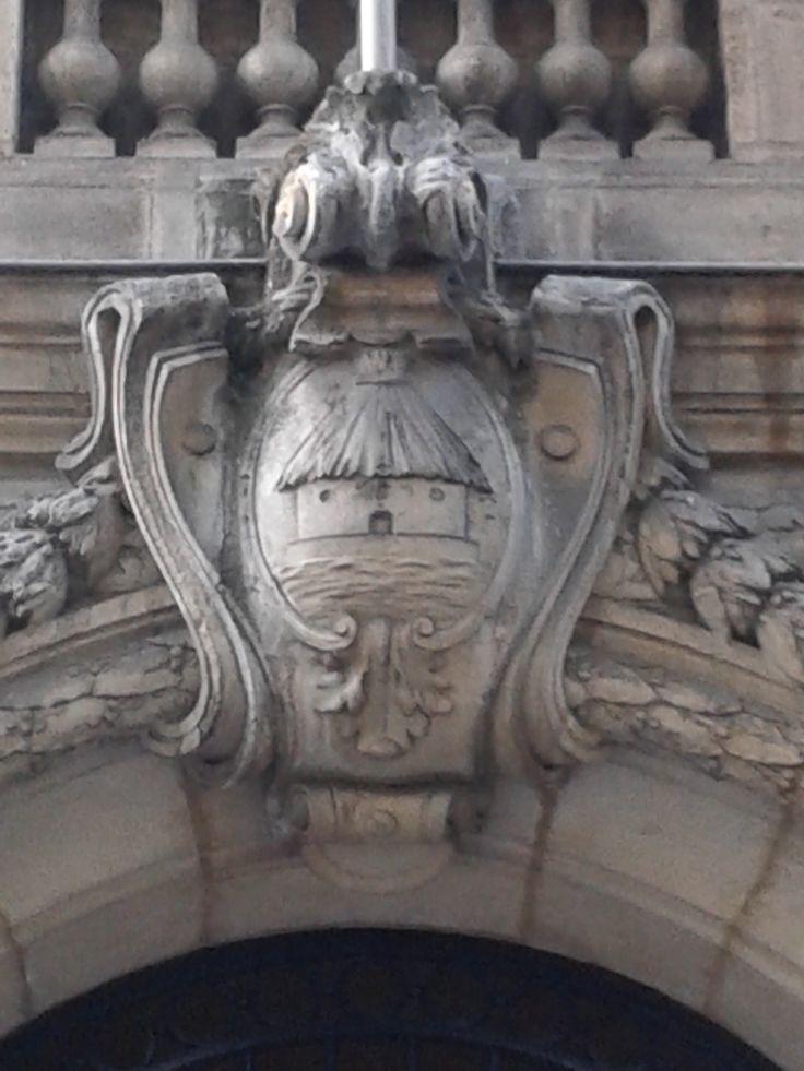 Visible sur la façade du musée Jean Moulin, le logo de la caisse d'épargne avant de devenir le célèbre écureuil. #BdxBikeTour #Bordeauxinsolite