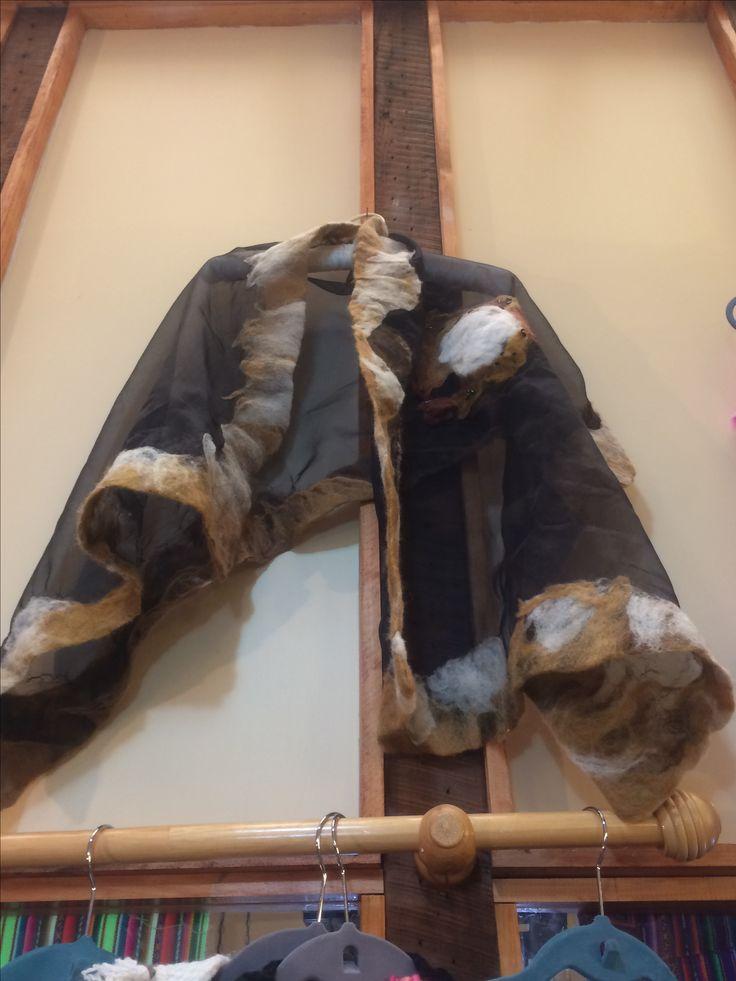Pañoleta de gasa con lana natural de Tilonka Lanas. CLP 35.000