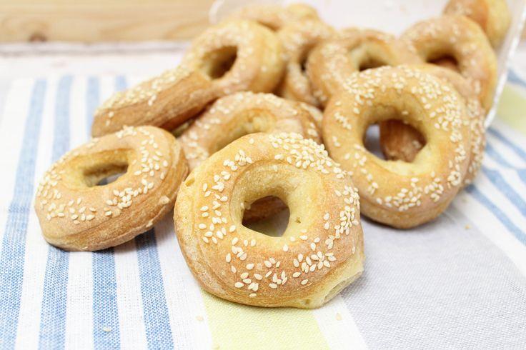 I bagel panini americani sono delle ciambelline salate ricoperte di sesamo, realizzate con pasta di pane molto semplici ma golosissime da farcire