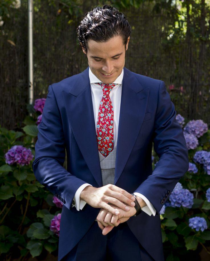 Chaqué de novio a medida azul tinta con chaleco cruzado estampado. #tomblack #sastreria #chaque #traje #azul #novio #boda #wedding #chaleco