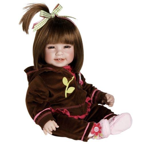 Bestelnr . AD08 Adora Peuterpop Workout Chic-- Adora. Levensechte pop Workout Chic is een plaatje ! Haar lijfje is van stof , de armen , benen en hoofdje zijn gemaakt van hoogwaardig vinyl. Zij heeft prachtige bruine ogen en echte wimpers. Met mooie kwaliteit bruin haar en zij ruikt heerlijk naar baby poeder. Zij voelt als een echte baby en is ruim 50 cm groot.
