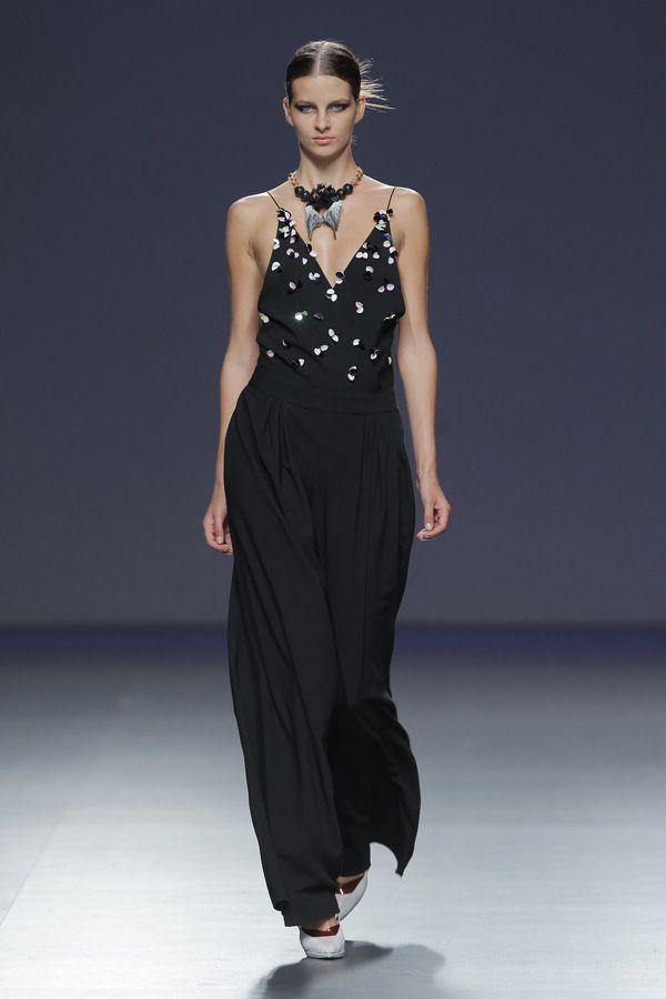 Vestido largo negro con apliques bordados de Moisés Nieto (Colección PV 2014)