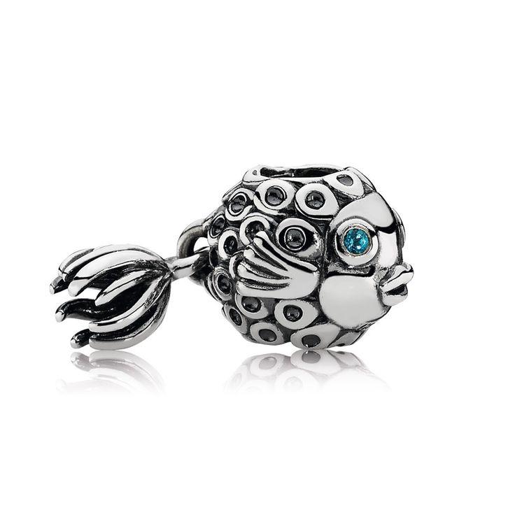 Pandora zilveren Engelvis hangbedel 791108TPP. De bedel met engelvis heeft een onweerstaanbaar uiterlijk. De bedel is gemaakt in de vorm van een leuke vis met bewegende staart. De blauwe topaas in het oog van de vis geeft de bedel een kleurrijk tintje. https://www.timefortrends.nl/sieraden/pandora.html