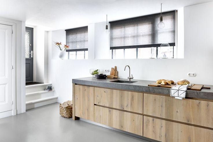 Rolgordijnen van bece met grijze, lichtdoorlatende stof en als accent een dubbel stiksel. #rolgordijnen #raamdecoratie #keuken #bece www.tencatewonenenslapen.nl