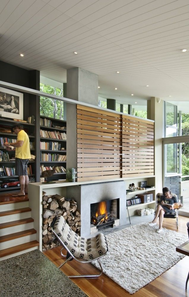 暖炉とスキップフロアの読書コーナーのあるリビング