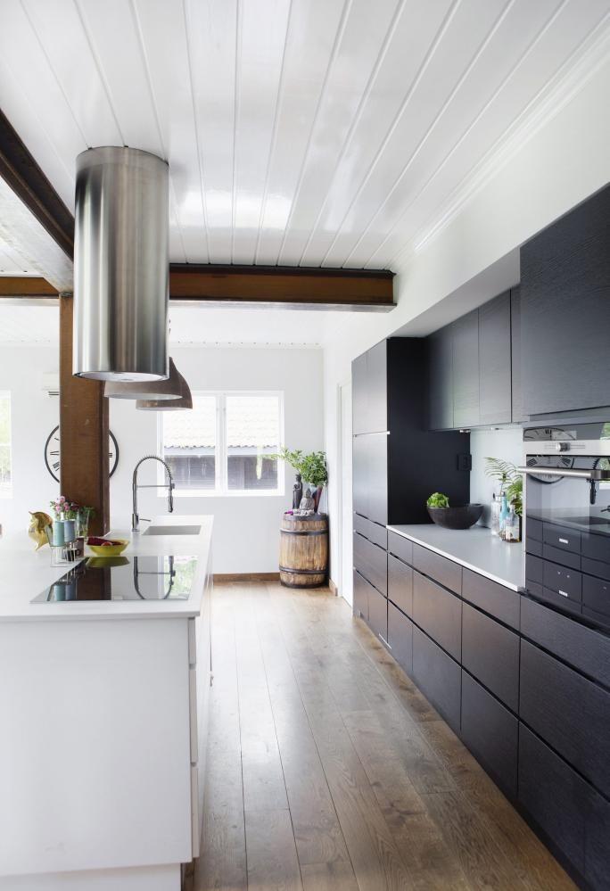 MODERNE KJERNE: Det gamle huset har fått et nytt rom. Kjøkkeninnredningen er Mano matt fra Kvik.Den svenske sildetønnen i hjørnet skulle egentligtjene som vintønne i vinkjelleren, men den fikk flytteopp. Pyntegjenstander fra Anouska.