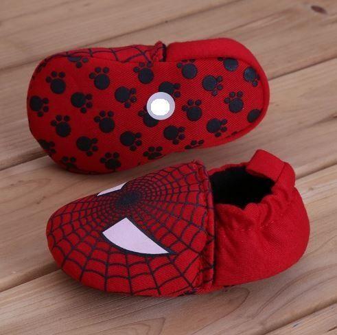 Sapatinho vermelho em tecido, elástico para ajuste no calcanhar, sola anti-derrapante, Tamanho 13 centímetros. (favor medir o pezinho do bebê)