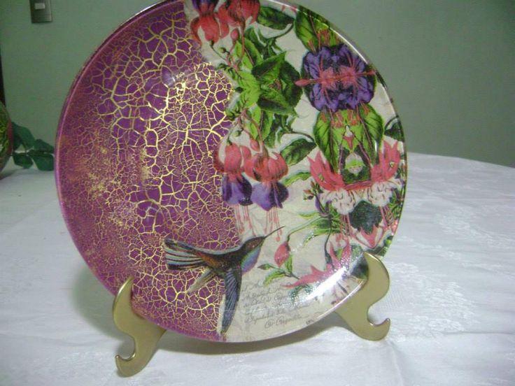 pratos decorados com técnicas de decoupagem, craquele e tinta ouro, grátis suporte.