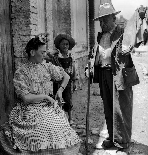 1943 Frida Kahlo compra una stoffa da un venditore di strada
