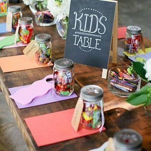 Des crayons de couleurs sur la table des enfants