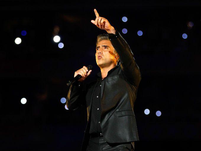 El cantante Alejandro Fernández está listo para festejar su cumpleaños 41 acompañado de la tapatía Karla Laveaga, su nueva novia de 20 años.  Las sospechas del romance entre el cantante y la socialité, rondaban desde el año pasado, pues ya se les había visto muy divertidos en un bar de Guadalajara.