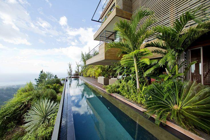 É sempre verão... E você pode tomar um drink nesta piscina com raia infinita na Polinésia Francesa.  http://br.luxuryestate.com/p29209061-casa-independente-em-venda-papeete
