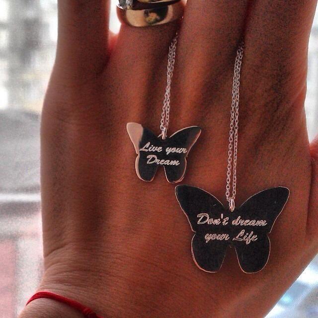 """Lantisoare din argint in forma de fluturas. Sunt disponibile pe doua marimi si au inscriptionate mesajele: """"Live your Dream"""" si """"Don't dream your Life""""."""