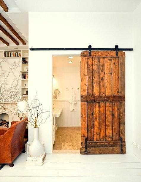 puerta corredera rústica... con guía vista para el vestidor... el tono de la madera en gris.