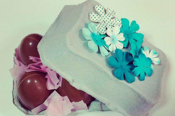 caja de huevos de Pascua con flores