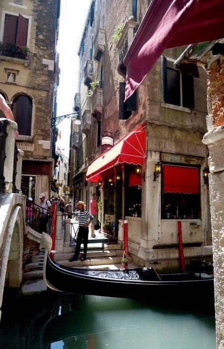 El #gondoliere te espera! http://www.venecia.travel/transportes/transportes-en-venecia/gondola-en-venecia/ #turismo #Venecia