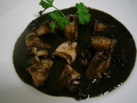 Receta casera tradicional como son los calamares o chipirones en su tinta. Calamares o chipirones en salsa de tinta negra, muy sencilla de preparar.