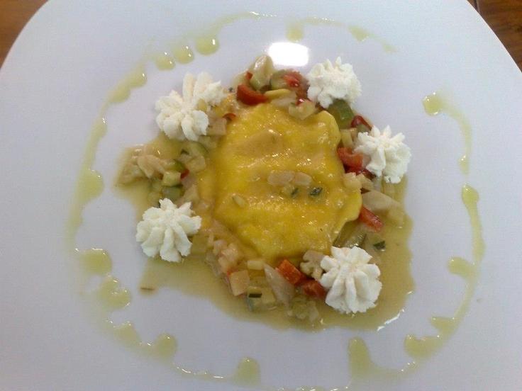 medaglione farcito di provola affumicata con tartare di verdure croccanti. Presso Ristorante Hotel Ottagono