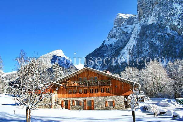 Location d'un chalet à Samoëns en Haute-Savoie, avec piscines intérieure et extérieure à disposition pour des vacances été comme hiver. Holiday letting in France, in the Alps. #chalet #montagne #vacances #tourisme #alpes #ski