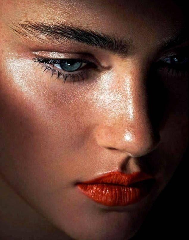 CHIC BRUNETTE | glowing skin | freckles | bold lip