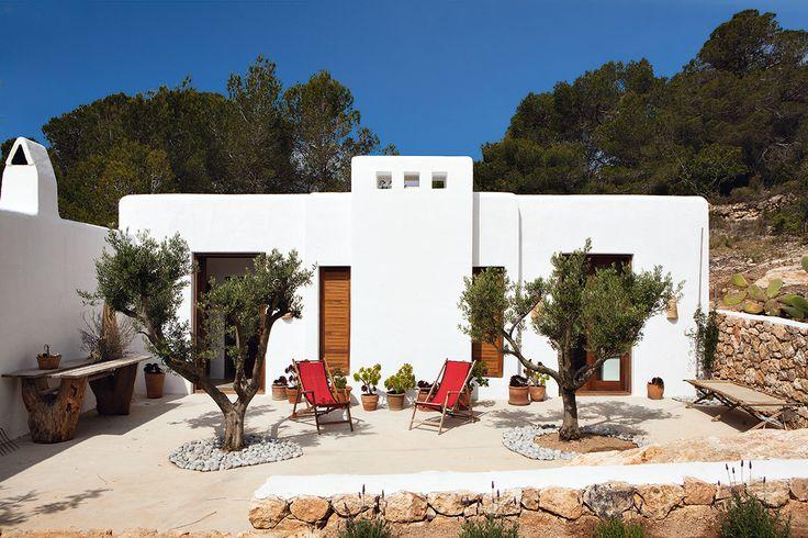 Terraza de esta casa de Luis Galliussi en Ibiza. AD España © ricardo labougle