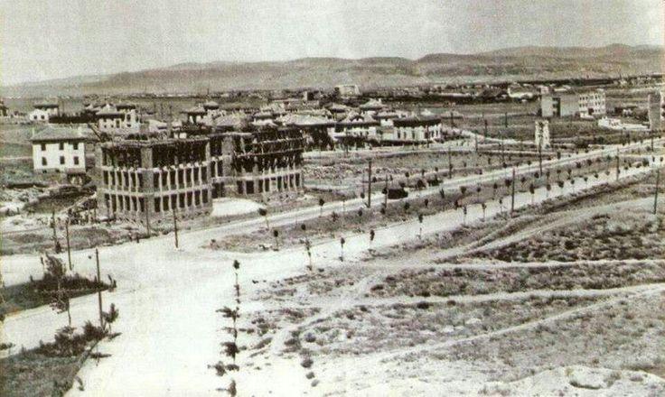 Arkadaşlar. Bu fotoğraf 1927 yılının bahar aylarında çekilmiştir. Kızılay Binası, Atatürk Bulvarı ve Yenişehir inşa halinde. Sağda görünen boş arsaya ise daha sonraki yıllarda Soysal Apartmanı yapılacaktır. O da yıkılıp yerine Soysal İşhanı inşa edilmiştir.
