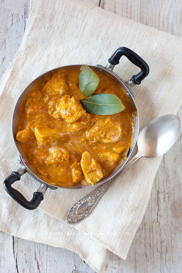 Un pollo al curry speziato e gustosissimo, con il retrogusto cremoso e avvolgente del cocco in un sughetto che, se non lo pucci con il pane è un delitto.