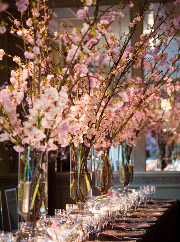 Centros de mesa modernos para bodas: Una decoración sorprendente con ramas de cerezo